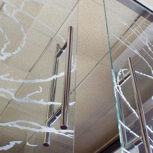 4-Particolare-porta-Luce-scorrevole-esterna-con-mantovana-e-maniglioni-in-acciaio