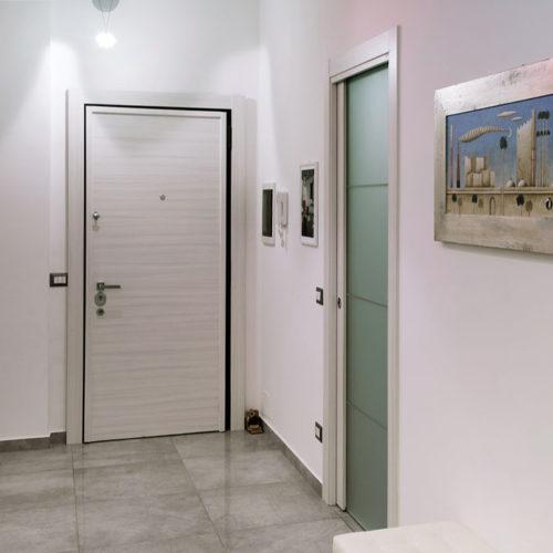 Blindato-con-rivestimento-palissandro-bianco-e-porta-a-vetro-Idea-3TV